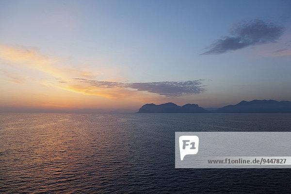 Sonnenaufgang über dem Tyrrhenischen Meer an der Nordküste  Sizilien  Italien  Europa