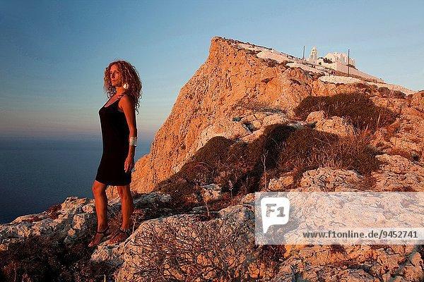 nahe stehend Frau Steilküste Kirche Kykladen