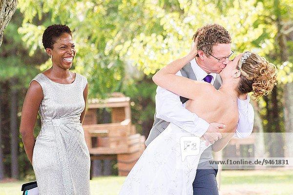 blond Europäer Frau Mann Fröhlichkeit Schönheit Ehepaar Braut Hochzeit küssen umkippen nerd amerikanisch 30 Haar