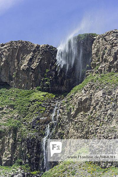 Ein kleiner Wasserfall wird vom Sturm verblasen  Saltos de Arco Iris  Maule-Tal  San Clemente  Región del Maule  Chile  Südamerika