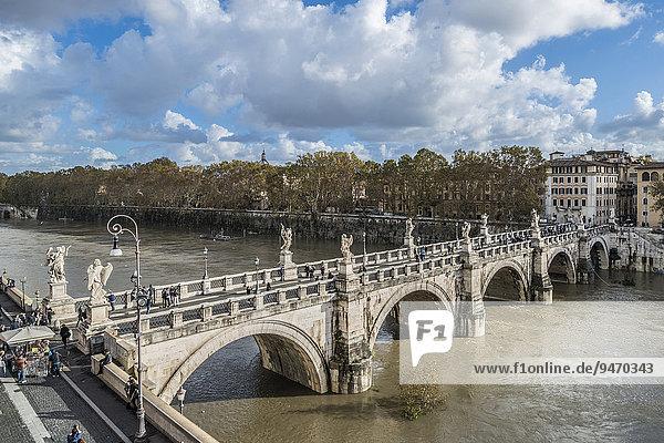 Engelsbrücke  Tiber mit Hochwasser  Rione XIV Borgo  Rom  Lazio  Italien  Europa