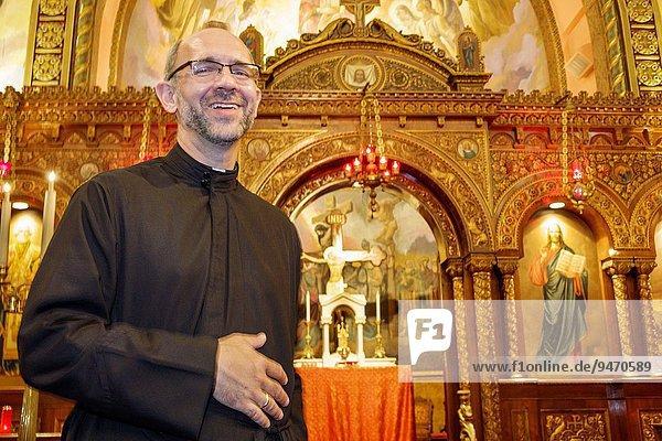 Mann lächeln Kirche Religion Christentum Kirchenbank Geistlicher Griechenland russisch orthodox russisch-orthodox Altar griechisch Missouri