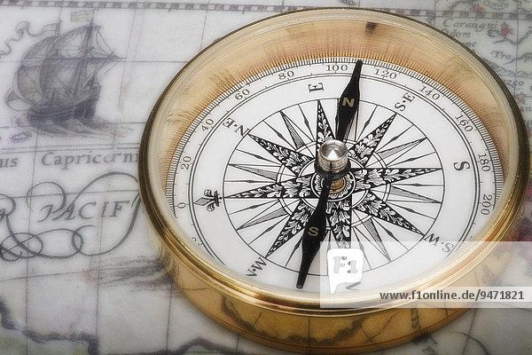Altmodischer Kompass auf einer alten Landkarte