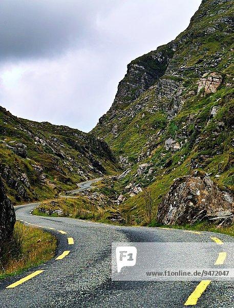 Biegung Biegungen Kurve Kurven gewölbt Bogen gebogen Fernverkehrsstraße Kerry County Irland schmal