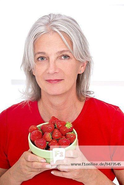 Senior Senioren Frau Schönheit halten Erdbeere