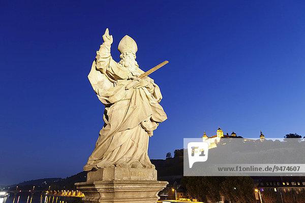 Heiligenfigur Heiliger Kilian auf der alten Mainbrücke  hinten die Festung Marienberg  Würzburg  Unterfranken  Bayern  Deutschland  Europa