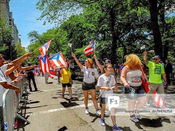 hoch oben New York City Stolz Tag Fahne Marken Allee Manhattan neu Parade