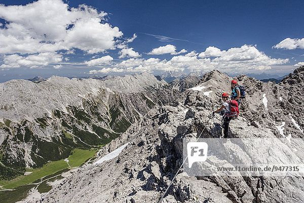 Hikers on the summit ridge during the ascent through the Imster via ferrata on the Maldonkopf in the Lech Valley Alps  Hochimst  Imst  Tyrol  Austria  Europe
