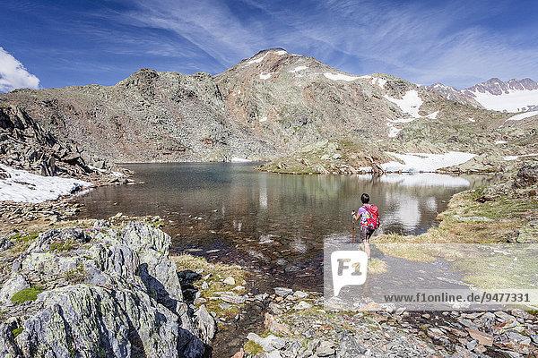 Bergsteiger beim Aufstieg auf den Kortscher Schafsberg in Schnals  hier am Hungersee  hinten der Kortscher Schafsberg  Schnalstal  Meraner Land  Meran und Umgebung  Südtirol  Trentino-Südtirol  Italien  Europa