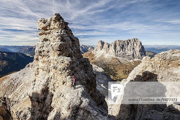 Bergsteiger beim Aufstieg auf den Piz Selva über den Pößnecker Klettersteig in der Sellagruppe am Sellajoch  hinten der Langkofel und der Plattkofel  Dolomiten  Grödnertal  Val Gardena  Selva di Val Gardena  Südtirol  Italien  Europa