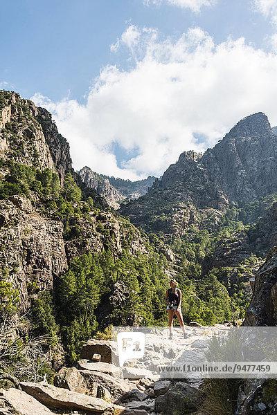 Wanderin in den Bergen  Refuge de Carrozzu  Korsika  Frankreich  Europa