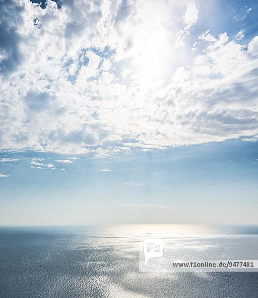 Sonnenlicht scheint durch Wolken über dem Meer  Korsika  Frankreich  Europa