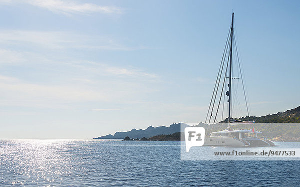 Segelyacht  Katamaran  Segelboot auf dem Meer  Bonifacio  Korsika  Frankreich  Europa