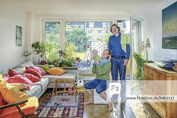 Junge Familie in ihrem Wohnzimmer
