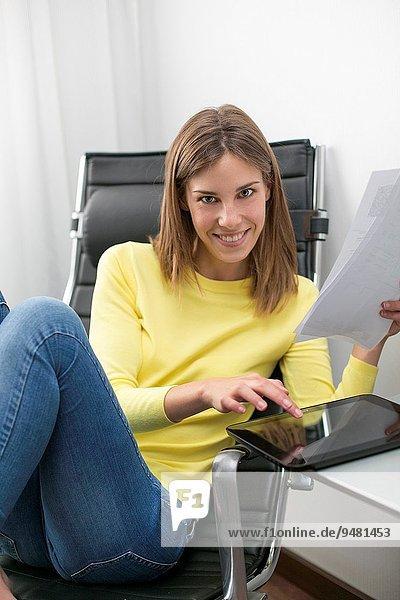 junge Frau junge Frauen Papier lächeln Blick in die Kamera