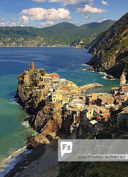 Bunte Häuser des Fischerdorfs Vernazza in der Morgensonne  UNESCO Weltkulturerbe  Nationalpark Cinque Terre  Vernazza  Ligurien  Italien  Europa