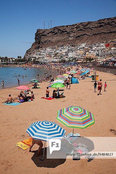 Europa Mensch Menschen Strand sonnenbaden sonnen Schwimmer schwimmen Kanaren Kanarische Inseln Gran Canaria Mogan Spanien