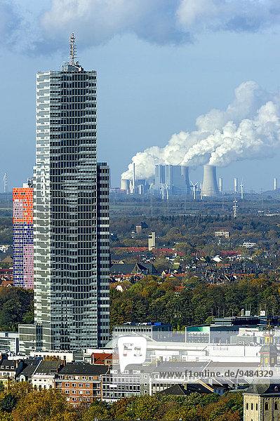 Kölnturm im Mediapark  hinten RWE Kohlekraftwerk Neurath  Grevenbroich  Köln  Nordrhein-Westfalen  Deutschland  Europa