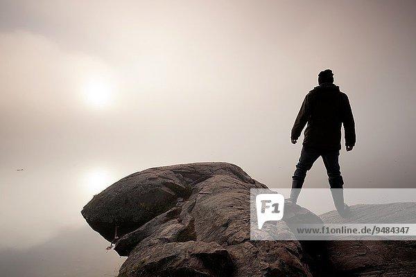 Mann Felsen sehen Ecke Ecken aufwärts Nebel Sonnenaufgang Algonquin Provincial Park Kanada Ontario Sonne