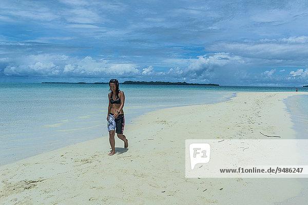 Touristin geht auf einem Sandstreifen bei Ebbe  Chelbacheb-Inseln  Palau  Ozeanien