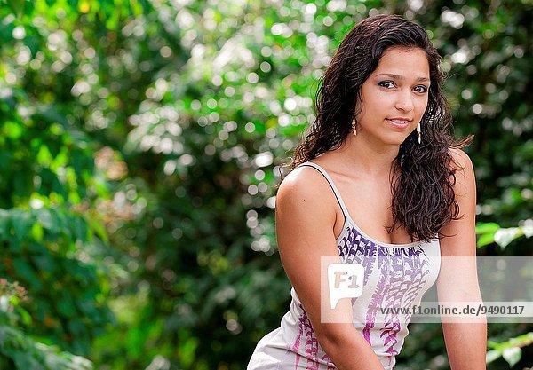 Portrait Frau lächeln braunhaarig Blick in die Kamera 19 alt Jahr