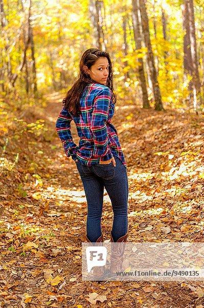 Frau gehen Weg Wald braunhaarig Herbst 19 alt Jahr