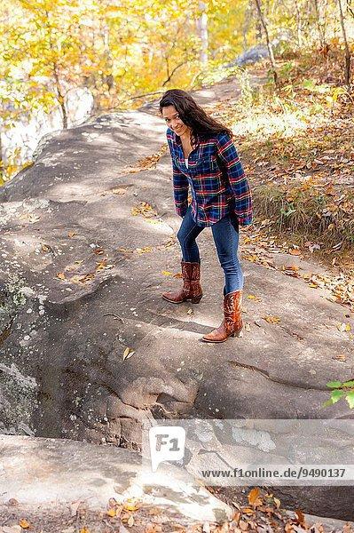 Felsbrocken stehend Frau Wald braunhaarig Herbst groß großes großer große großen 19 alt Jahr