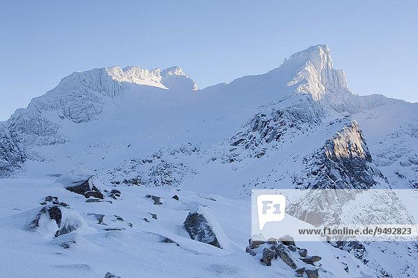Schneebedeckter Humpen  Kvaloya  Tromvik  Troms  Norwegen  Europa