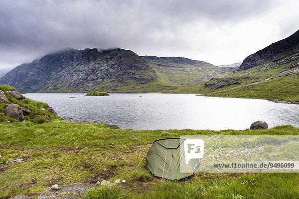 Zelt am Loch Coruisk mit den Cuillin Hills hinten  Isle of Skye  Schottland  Großbritannien  Europa