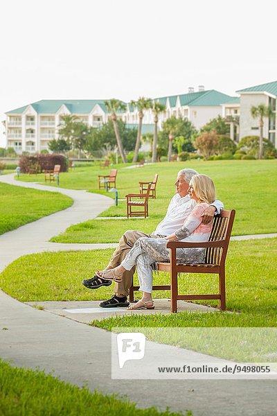 Vereinigte Staaten von Amerika USA sitzend Senior Senioren Zusammenhalt Fröhlichkeit Gebäude Hintergrund Sitzbank Bank Moment
