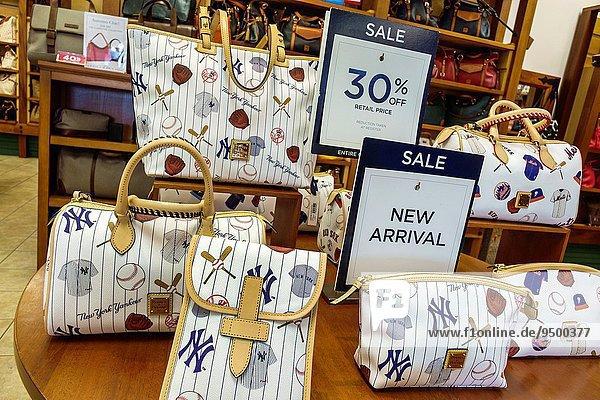 zeigen Frau Zeichen kaufen Handel Laden Handtasche Fabrikgebäude verkaufen Mode Florida Signal