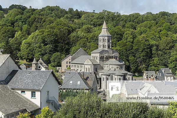 Notre-Dame-Basilika  zwischen 1146 und 1178 gebaut  typisch romanische Kirche der Auvergne  Département Puy-de-Dôme  Auvergne  Frankreich  Europa