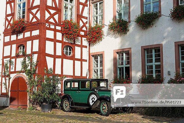 Europa Wohnhaus Auto Retro frontal Deutschland Hessen Rüdesheim