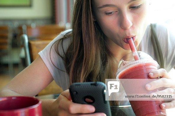 Handy Frau sehen trinken Stroh alt Jahr