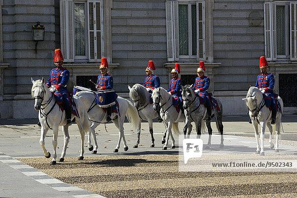 Königliche Garde auf Pferden vor dem Palacio Real  Madrid  Spanien  Europa