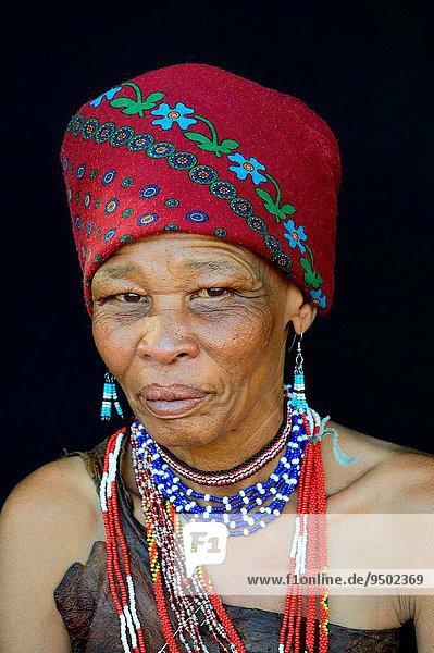 Portrait Frau Kopfschmuck Kleidung Geographie Kalahari Afrika Botswana
