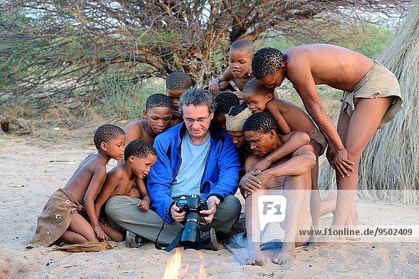 zeigen Tradition Produktion Kleidung Fotograf Gemälde Bild Kalahari Afrika Botswana Trockenzeit Leder