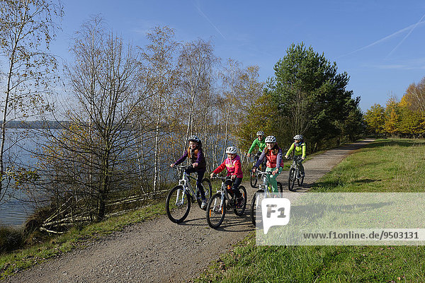 Familie auf Fahrradtour am Murner See  Oberpfälzer Seenplatte  bei Wackersdorf  Oberpfalz  Bayern  Deutschland  Europa