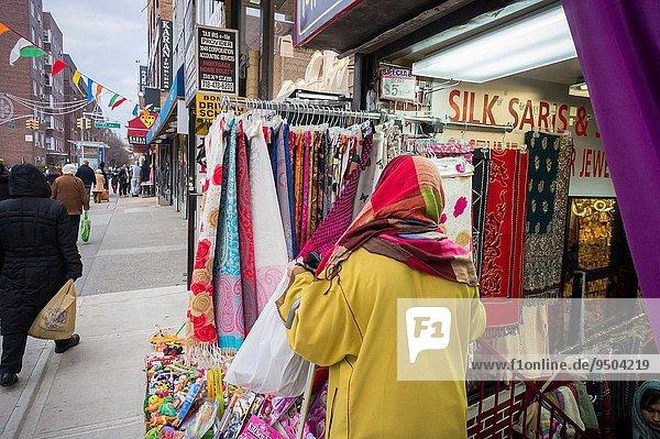 Frau Schal Wachstum Zeit lang langes langer lange Gemeinschaft Indianer Süden Nachbarschaft Laden nebeneinander neben Seite an Seite hoch oben Tibet Judentum irisch Italienisch Jackson neu Queens