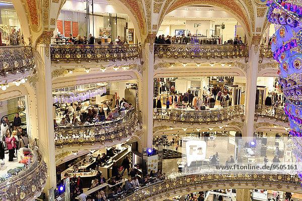 umgedrehter Weihnachtsbaum  Galeries Lafayette  Paris  Île-de-France  Frankreich  Europa