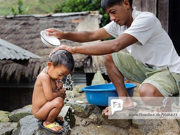 Mann Sohn baden Straße Philippinen