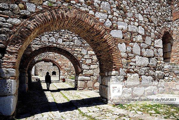 Frau Silhouette unterhalb Brücke Heiligtum schreiben UNESCO-Welterbe Mittelgriechenland Griechenland Kloster