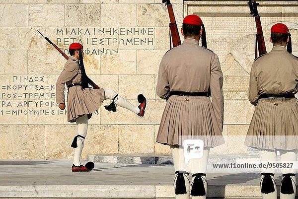 Athen Hauptstadt Das Unbekannte Soldat Zeremonie wechseln Wachmann Syntagma Platz Attika Griechenland Grabmal
