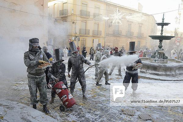 Mehlschlacht Els Enfarinats  Aufständische übernehmen bewaffnet mit Mehl  Eiern und Knallfröschen für einen Tag das Regiment über die Stadt  Plaza de la Iglesia  Ibi  Provinz Alicante  Costa Blanca  Spanien  Europa