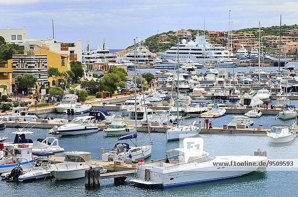 Überblick über den Yachthafen  Porto Cervo  Costa Smeralda  Provinz Olbia-Tempio  Sardinien  Italien  Europa