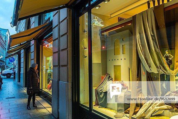 Städtisches Motiv Städtische Motive Straßenszene Paris Hauptstadt Frankreich Frau Fenster Nacht Weihnachten kaufen Heiligtum