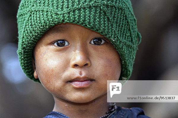 Nepalesischer Junge mit grüner Mütze  Portrait  Bandipur  Nepal  Asien