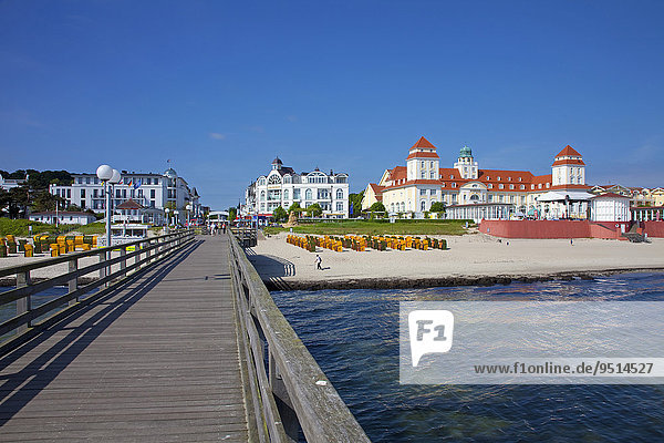 Ausblick von der Seebrücke  Strand  Kurhotel  Binz  Rügen  Mecklenburg-Vorpommern  Deutschland  Europa