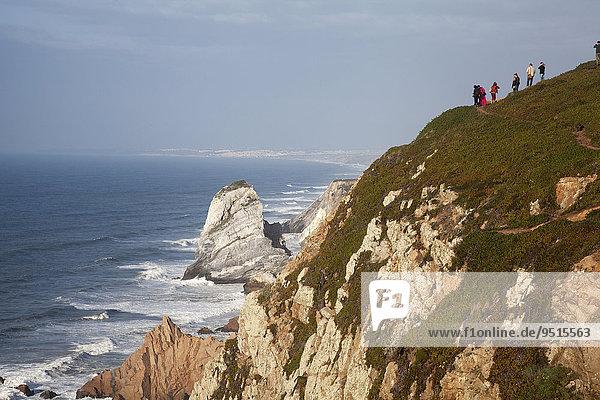 Touristen an der Steilküste  westlichster Punkt des europäischen Kontinents  Cabo da Roca  Sintra  Portugal  Europa