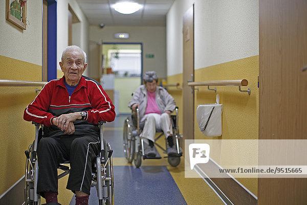 Zwei Senioren in Rollstühlen  Mann  87 Jahre  Frau  81 Jahre  Altersheim